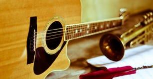 Диапазон писать и пробуя новые мелодии, новые sonorities стоковая фотография