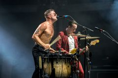 Диапазон рок-музыки рабов панковский выполняет в концерте на фестивале FIB стоковые фото