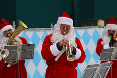 Диапазон Санта Клауса выполняет рождественские гимны рождества в парке Gorkogo в Москве стоковая фотография