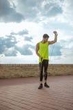Диапазон сопротивления человека детенышей подходящий outdoors тренируя руку вверх Стоковые Изображения