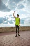 Диапазон сопротивления человека детенышей подходящий outdoors тренируя руку Стоковые Изображения RF