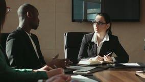 Диалог бизнесмена сток-видео