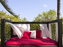 Диван-кровать в ветреном солнечном дне Стоковые Фото