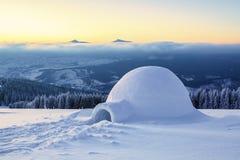 Дивная огромная белая снежная хата Стоковые Фотографии RF