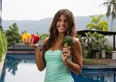 Диета вытрезвителя Молодая женщина держа овощи в ее руках Стоковая Фотография RF