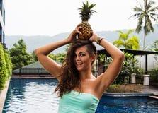 Диета вытрезвителя Молодая красивая девушка с ананасом на ее голове Стоковое Фото
