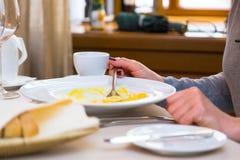 Диета женщины есть кашу на таблице в ресторане Стоковые Фотографии RF