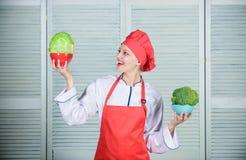 Диета и dieting концепция Сколько частей вы хотел были бы съесть Высчитайте нормальную часть еды Владение повара женщины стоковые изображения