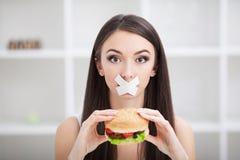 Диета Молодая женщина с клейкая лента для герметизации трубопроводов отопления и вентиляции над ее ртом Стоковая Фотография RF