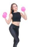 Диета Молодая красивая девушка с розовыми гантелями в его руках Девушка выполняет спортивную тренировку Стоковые Фото