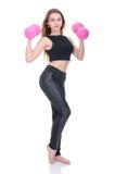 Диета Молодая красивая девушка с розовыми гантелями в его руках Девушка выполняет спортивную тренировку Стоковые Изображения RF