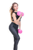 Диета Молодая красивая девушка с розовыми гантелями в его руках Девушка выполняет спортивную тренировку Стоковое Изображение