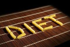 ДИЕТА слова с элементами макаронных изделий на коричневом комплекте таблицы Стоковые Изображения
