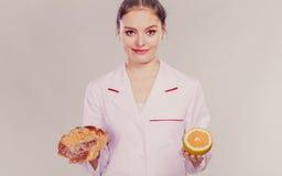 Диетврач с плюшкой и грейпфрутом сладостного крена стоковая фотография rf