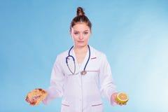 Диетврач с плюшкой и грейпфрутом сладостного крена стоковые изображения