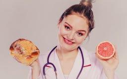 Диетврач с плюшкой и грейпфрутом сладостного крена стоковое изображение