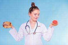 Диетврач с плюшкой и грейпфрутом сладостного крена стоковое фото rf