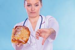 Диетврач с плюшкой сладостного крена Нездоровая высококалорийная вредная пища стоковые фотографии rf