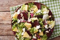 Диетическая еда: салат свекл, плавленого сыра ананаса, и зеленых цветов Стоковые Фотографии RF