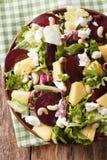 Диетическая еда: салат свекл, плавленого сыра ананаса, и зеленых цветов Стоковые Изображения