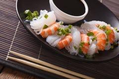 Диетическая еда: Shirataki с креветками, луками весны и соевым соусом Стоковое Фото