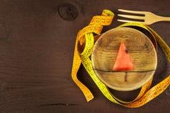 Диетическая концепция Дыня на деревянном столе диетпитание строгое Полное уменьшение стоковое фото rf