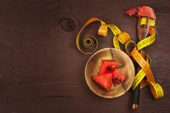 Диетическая концепция Дыня на деревянном столе диетпитание строгое Полное уменьшение стоковые фото