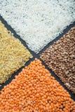 Диетические хлопья от органических хлопьев: чечевицы, рис, булгур и гречиха стоковая фотография
