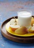 Диетический завтрак с питьем и яблоком молокозавода стоковые фотографии rf