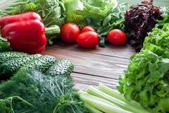 Диетический и здоровый ассортимент для варить еду от зеленых цветов и овощи красного цвета на деревянном столе стоковые изображения rf