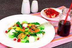 Диетический очень вкусный салат на белой плите arugula, груши, грецкий орех, Стоковое Фото