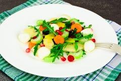 Диетический очень вкусный салат на белой плите arugula, груши, грецкий орех, Стоковые Фотографии RF
