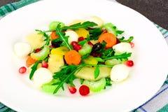 Диетический очень вкусный салат на белой плите arugula, груши, грецкий орех, Стоковые Изображения