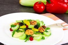 Диетический очень вкусный салат на белой плите arugula, груши, грецкого ореха Стоковая Фотография