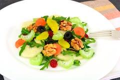 Диетический очень вкусный салат на белой плите arugula, груши, грецкого ореха Стоковое Изображение