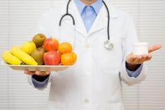 Диетолог доктора предлагает пациента для того чтобы выбрать стоковая фотография
