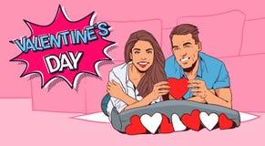 Дизайна плаката Dat валентинки пары ретро счастливые держат красное сердце лежа на стиле кровати шуточном Стоковое фото RF