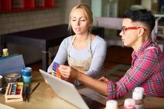 2 дизайнера по интерьеру работая совместно в студии искусства Стоковая Фотография