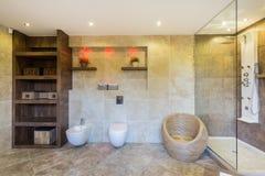 Дизайнерская ванная комната в современной квартире Стоковые Изображения RF