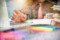 Дизайнерская рука бизнесмена используя умный телефон, передвижное onli оплат Стоковая Фотография