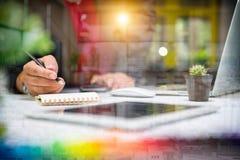 Дизайнерская рука бизнесмена используя умный телефон, передвижное onli оплат Стоковые Изображения