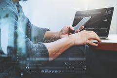 Дизайнерская рука используя покупки передвижных оплат онлайн, канал omni стоковые фото