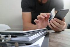 Дизайнерская рука используя покупки передвижных оплат онлайн, канал omni Стоковое Изображение RF