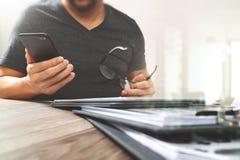 Дизайнерская рука используя покупки передвижных оплат онлайн, канал omni Стоковая Фотография RF