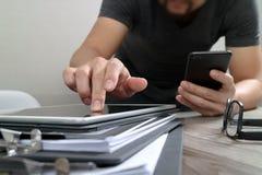 Дизайнерская рука используя покупки передвижных оплат онлайн, канал omni Стоковое фото RF