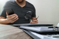 Дизайнерская рука используя покупки передвижных оплат онлайн, канал omni Стоковые Фотографии RF