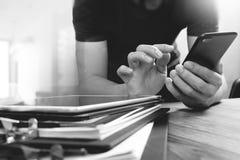 Дизайнерская рука используя покупки передвижных оплат онлайн, канал omni Стоковая Фотография