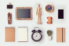 Дизайнерские объекты стола глумятся вверх по шаблону для дизайна клеймя идентичности над взглядом Стоковые Фото