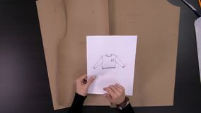 Дизайнерские руки делая картину на ткани перед шьют модные одежды видеоматериал