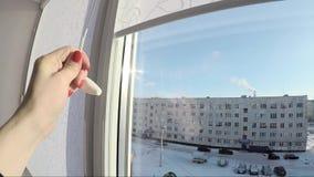 Дизайнерские шторки белизны на окне сток-видео